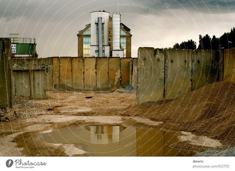 Spreespeicher Gebäude Reflexion & Spiegelung Beton Gelände trüb leer Wand Silo grau dunkel Friedrichshain Berlin Industriefotografie Sand Wasser Traurigkeit