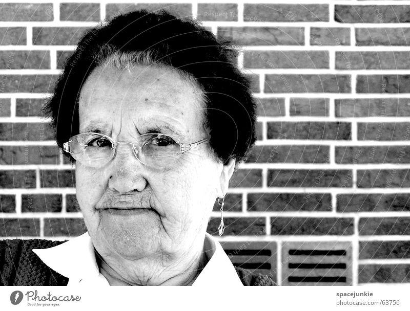 Meta Großmutter Senior Porträt schwarz weiß Weisheit Frau Brille Wand Schwarzweißfoto Blick