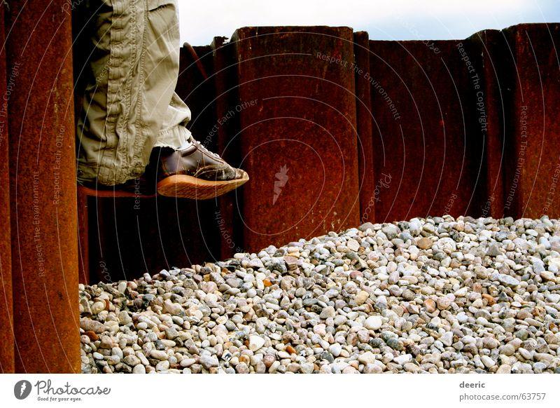 die Füße Erholung Fuß Schuhe Beine sitzen Hose Stahl Rost Kies Kieselsteine kreuzen