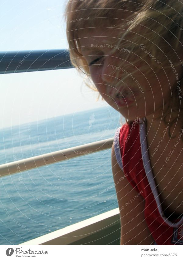 windzerzaust und schmollend Kind Mädchen blond Fahrtwind Wasserfahrzeug Fähre See rot Ferien & Urlaub & Reisen Haare & Frisuren blau