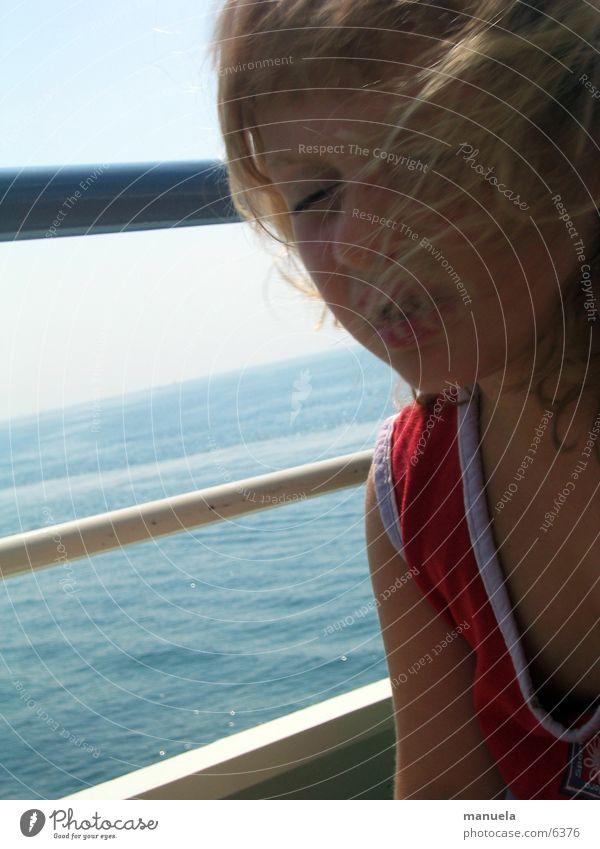 windzerzaust und schmollend Kind Wasser Mädchen blau rot Ferien & Urlaub & Reisen Haare & Frisuren See Wasserfahrzeug blond Fähre Fahrtwind schmollen
