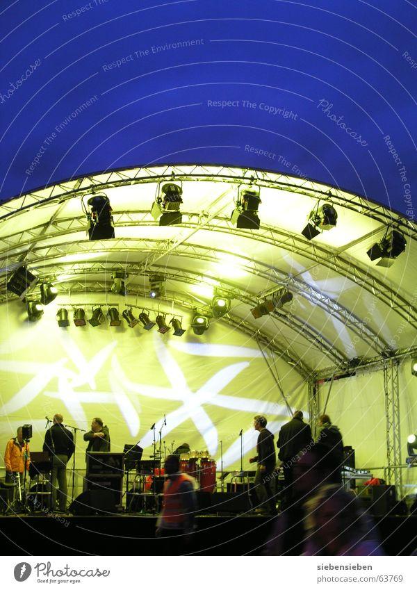 Spielfläche Nacht Licht hell Bühne Konzert dunkel strahlend Konstruktion Silhouette gelb Farbenspiel live Leben Duisburg Ruhrort Musik verdunkeln Schauplatz