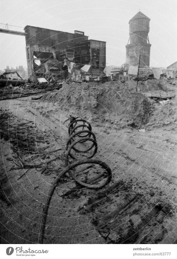 Das Alte muss weg Gasometer Demontage Kabel Ruine Sanieren Industriedenkmal Denkmalschutz Prenzlauer Berg gepanzert panzerketten Industriefotografie DDR Berlin