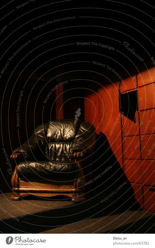lean back alt Erholung Wärme braun Beleuchtung weich Physik Leder gemütlich Foyer Sitzgelegenheit Sessel Schrank angenehm