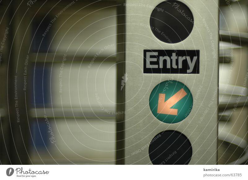 entry U-Bahn Eingang Ausgang London Underground Lampe sortie exit Tür Tor door abfertigen zählen Pfeil drehkreuz