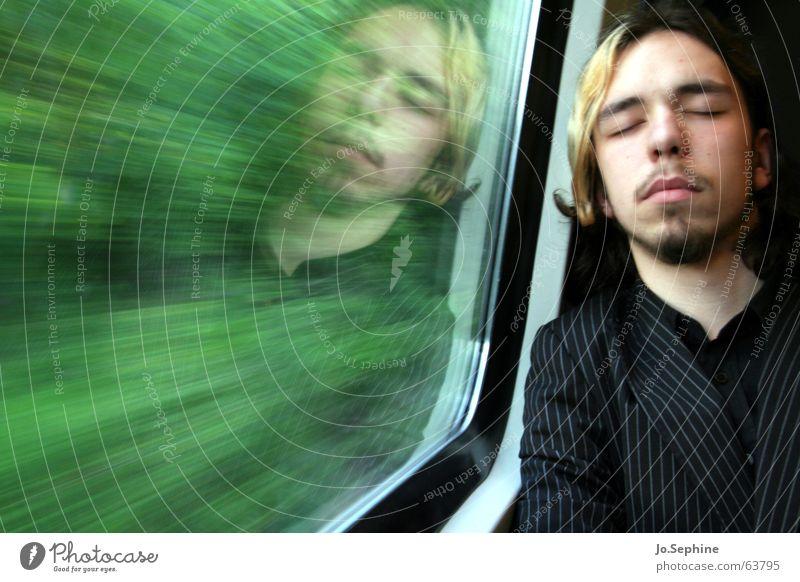 nur noch wenige Stunden bis ... Mann Ferien & Urlaub & Reisen Erwachsene Fenster 18-30 Jahre träumen Reisefotografie Geschwindigkeit schlafen Eisenbahn Pause