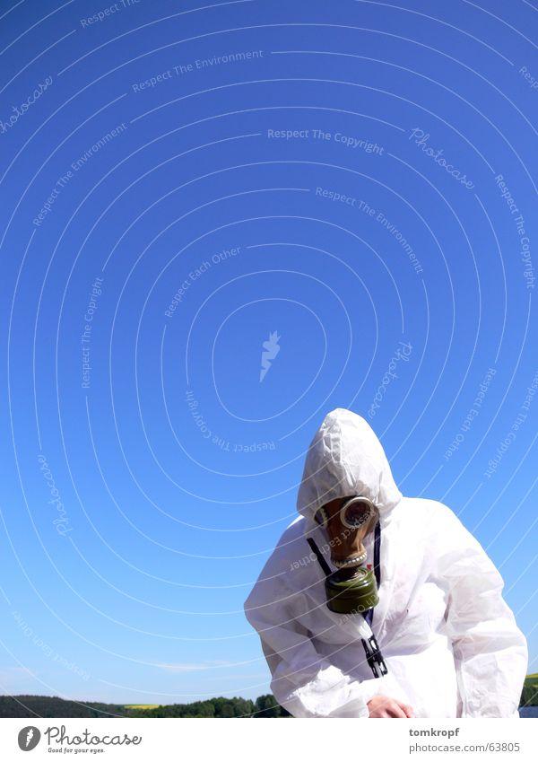 Maskiert Himmel blau weiß Farbe Sicherheit Schutz Maske Vorsicht Arbeitsanzug vermummen Atemschutzmaske Schutzanzug Vor hellem Hintergrund