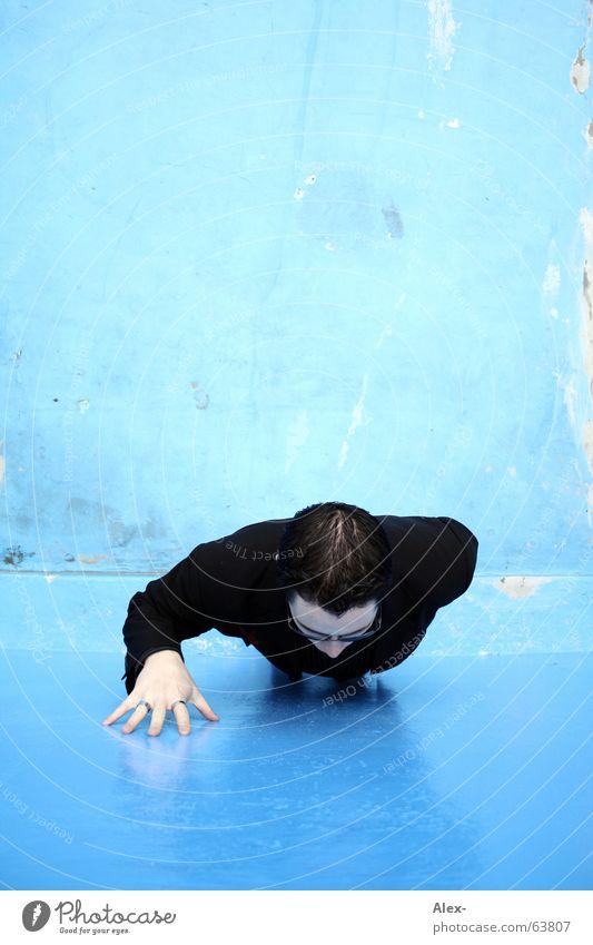 Einarmiger Bandit Mann blau Hand schwarz Wand Sport oben Kraft elegant stehen Ecke Schwimmbad Muskulatur Örtlichkeit flach Dieb