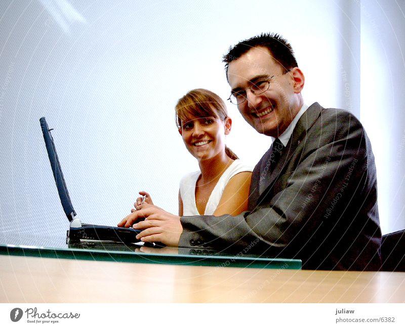 *Milchreisfans* Computer sprechen Mensch Erwachsene lachen Büro Paar Business Arbeit & Erwerbstätigkeit lernen Fröhlichkeit Junge Frau Hilfsbereitschaft Informationstechnologie Junger Mann Lächeln