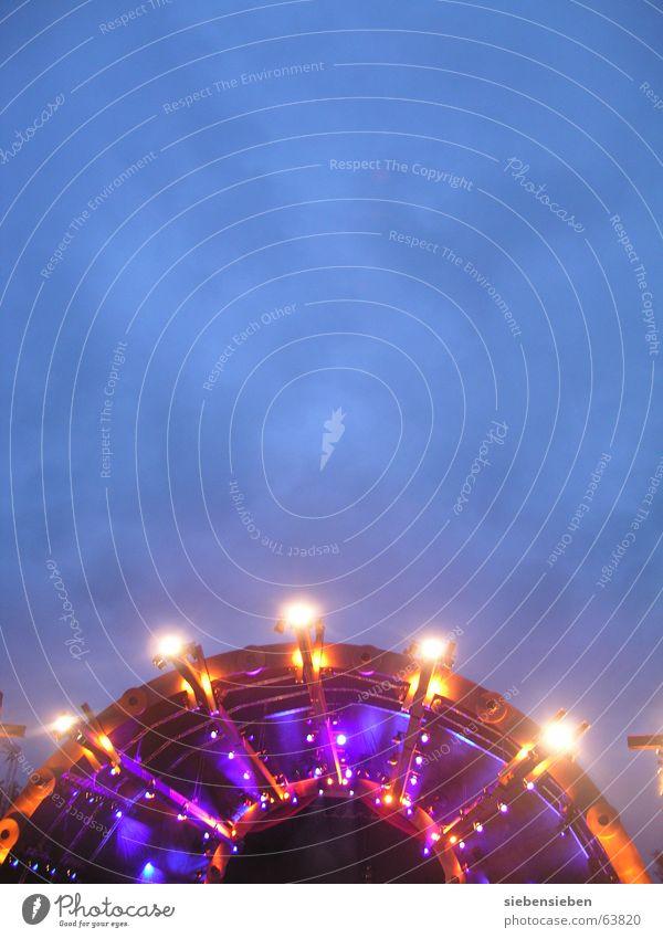 Beleuchtungskörper scheinend Licht strahlend dunkel Konzert Bühne Stahl hell Nacht Duisburg Leben Farbenspiel Ruhrort spät Scheinwerfer grell Musik Kunst Kultur
