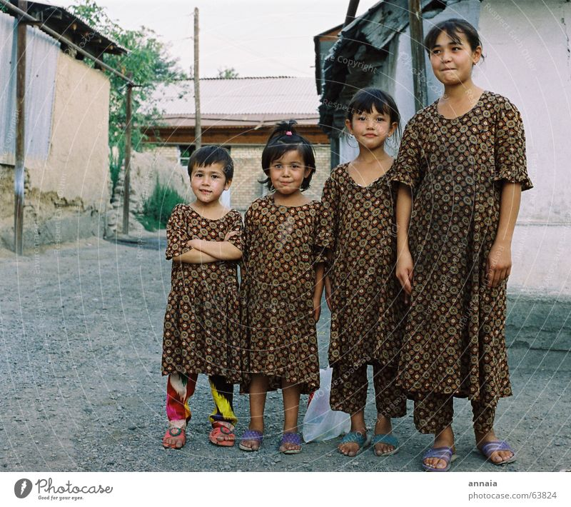 wir sind hier, hier sind wir Kind Geschwister aufreizend Mädchen Kleid Stoff Orgelpfeife Überfall Mut Freude frech child childhood friends never mind