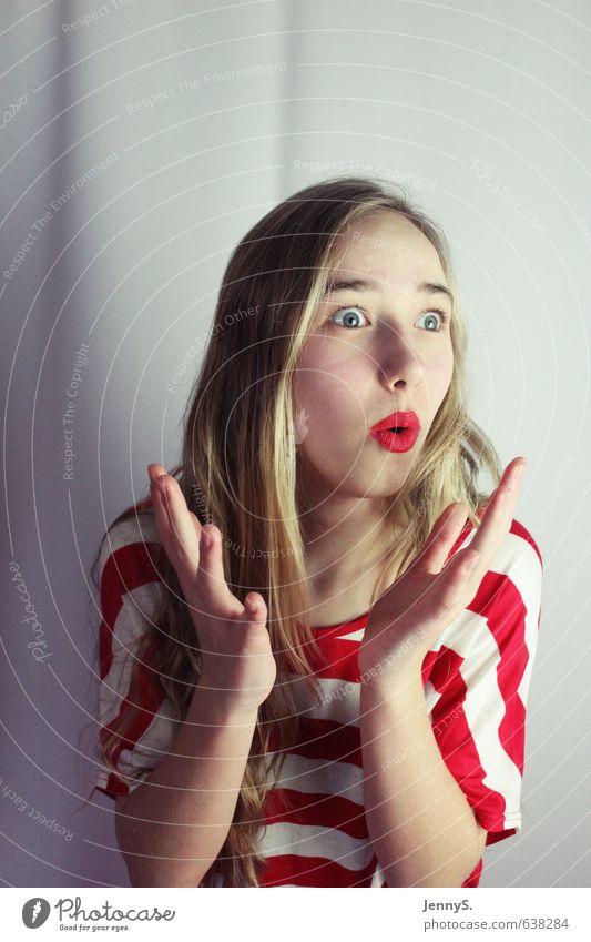 :O feminin Junge Frau Jugendliche 1 Mensch 13-18 Jahre Kind blond langhaarig Scheitel lustig Neugier verrückt rot Begeisterung Farbfoto Studioaufnahme