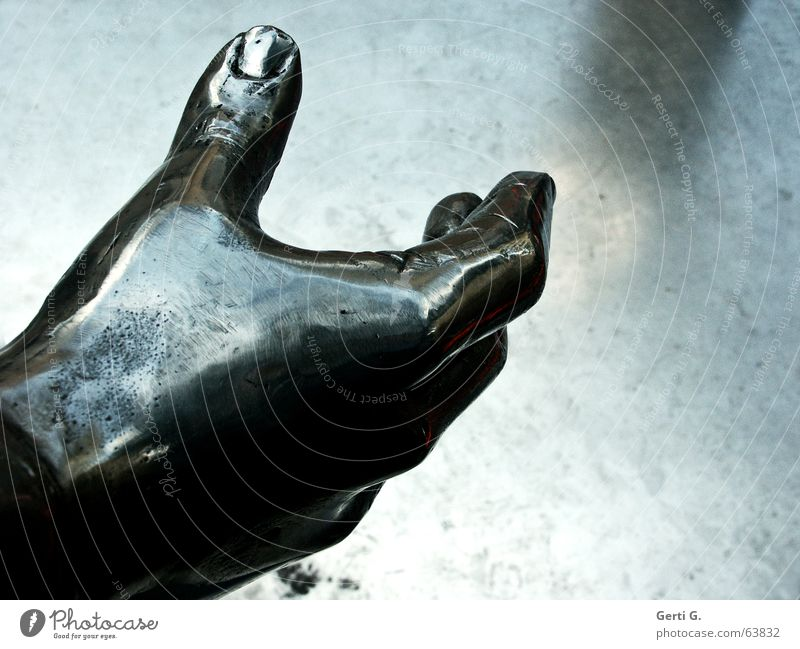 gimmi your hand Hand schwarz dunkel grau Metall Angst glänzend gefährlich Finger berühren fangen Statue böse greifen Panik Kunstwerk