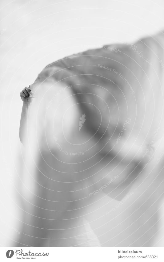 soupçon Kunst Beginn ästhetisch Zufriedenheit Design einzigartig elegant Erholung Erotik Freiheit Wind Windböe Tuch Frau Schwarzweißfoto Außenaufnahme