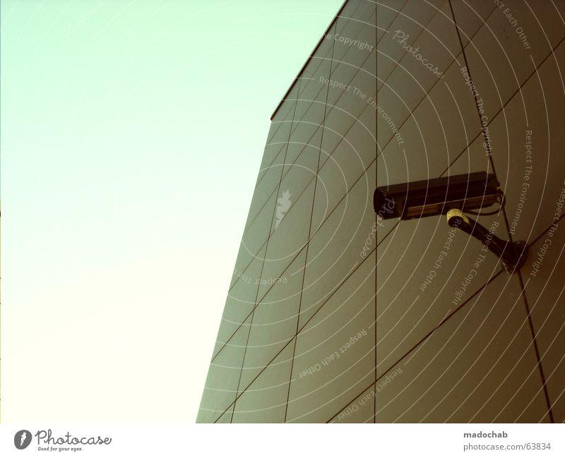 FERNWEH | security überwachung kamera technik video public Himmel Auge Wand Angst modern offen Perspektive Sicherheit trist Technik & Technologie Industriefotografie Filmindustrie beobachten Fotokamera Vertrauen