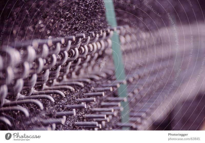 in Reih und Glied... oder so grün grau Statue Draht Material Gitter Öse dunkelgrau Paketband