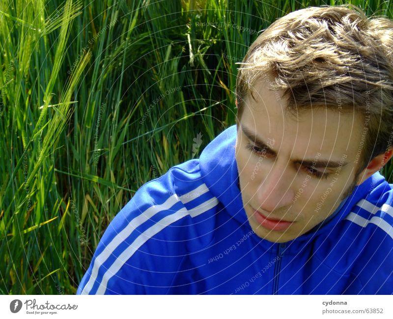 Ich mach grad Pause... Mann Jacke Kapuzenjacke Porträt Müdigkeit Gras Feld ruhig Denken Sommer Gefühle grün Mensch Gesicht break Gesichtsausdruck Erschöpfung