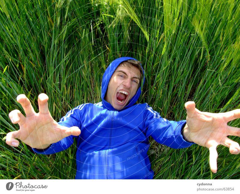 Das Riesenbaby Mann Jacke Kapuzenjacke Porträt Gras Feld Sommer Gefühle grün Krallen Zerstörer lustig verrückt Hand Mensch Gesicht Gesichtsausdruck Blick Natur