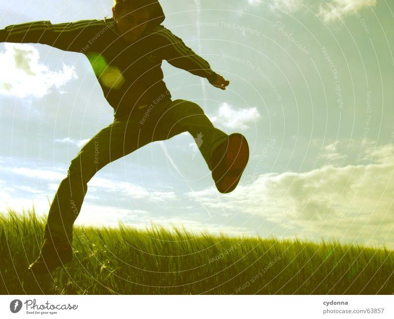 Spring Dich frei! Mann Jacke Kapuzenjacke Gras Feld Sommer Gefühle springen hüpfen verrückt Spielen Körperhaltung Mensch Gesichtsausdruck Blick Natur Himmel