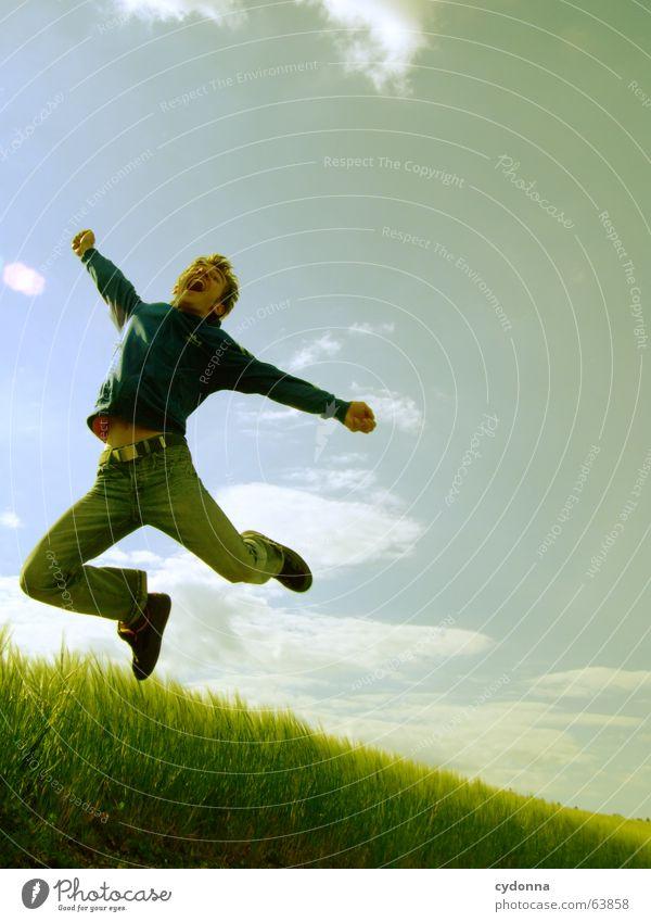Spring Dich frei! #1 Mann Jacke Kapuzenjacke Gras Feld Sommer Gefühle springen hüpfen verrückt Spielen Körperhaltung Mensch Gesichtsausdruck Blick Natur Himmel
