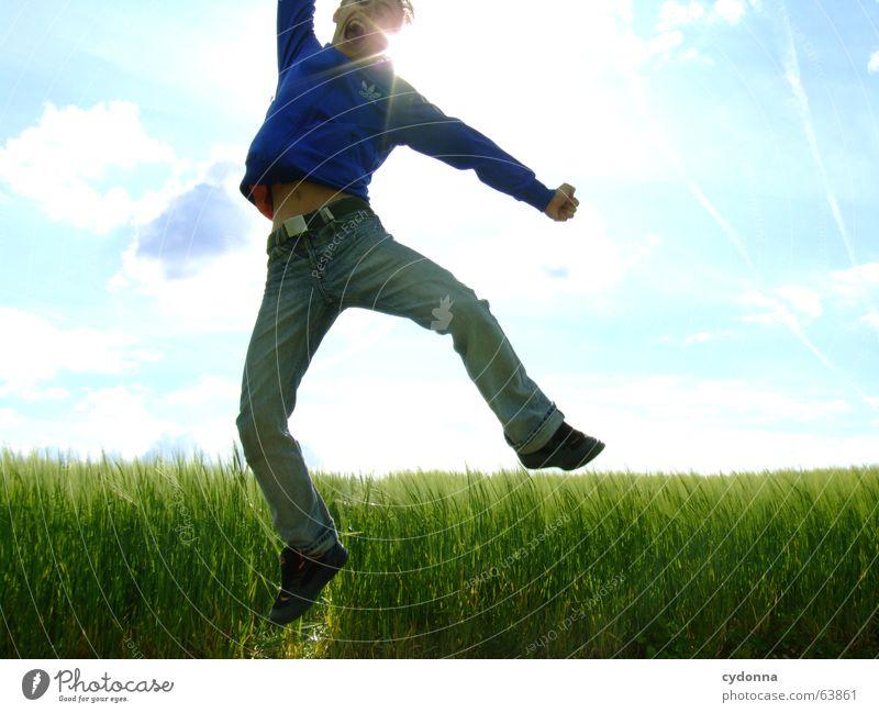 Spring Dich frei! #4 Mann Jacke Kapuzenjacke Gras Feld Sommer Gefühle springen hüpfen verrückt Spielen Körperhaltung schreien Gegenlicht Jugendliche Schwung