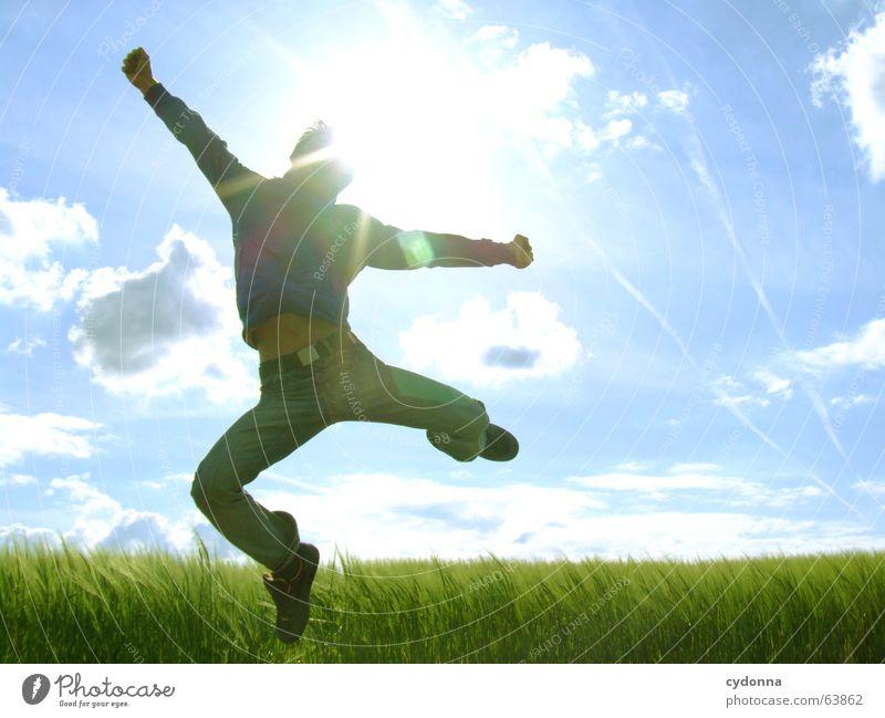 Spring Dich frei! #5 Mann Jacke Kapuzenjacke Gras Feld Sommer Gefühle springen hüpfen verrückt Spielen Körperhaltung schreien Gegenlicht Jugendliche Schwung