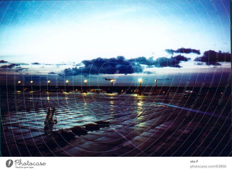 Morgenstimmung Himmel blau Ferien & Urlaub & Reisen Wolken Lampe Stimmung Flugzeug Beton Flughafen Abheben hell-blau