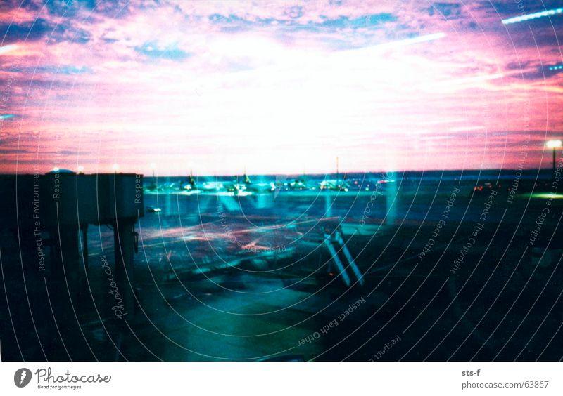 Eine weitere Morgenstimmung Himmel blau Ferien & Urlaub & Reisen Wolken Lampe Stimmung rosa Flugzeug Beton violett Flughafen Abheben hell-blau