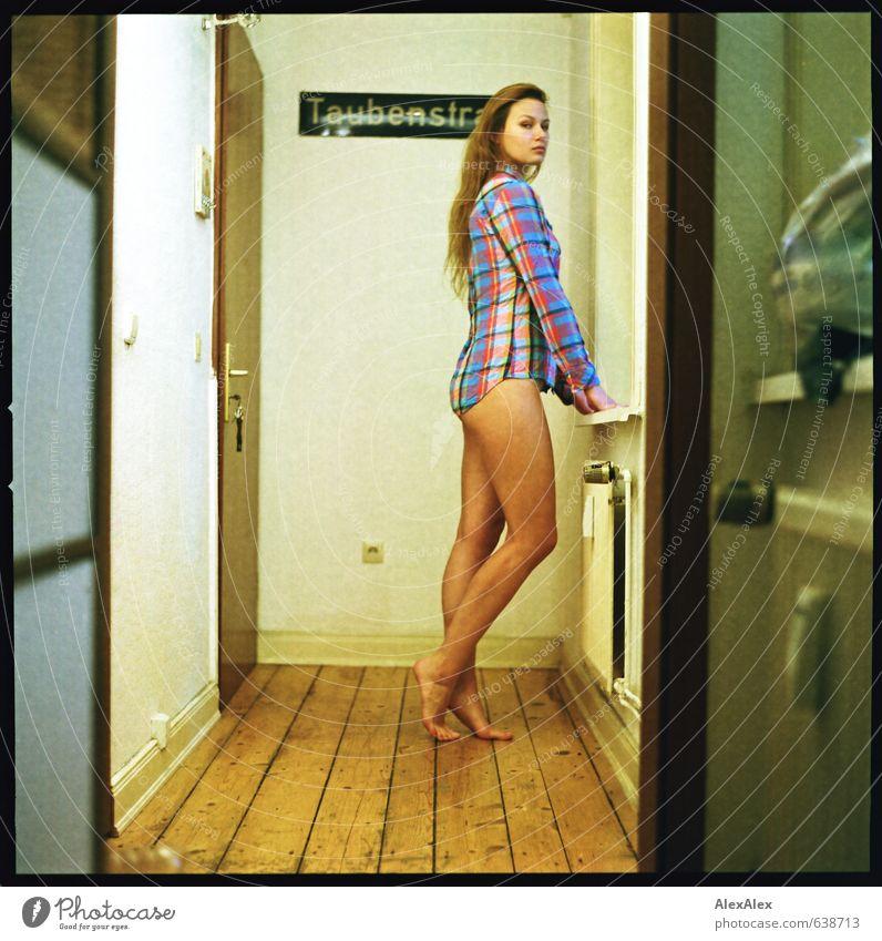 Hausfrau! schön Körperpflege Flur Wohnung Dielenboden Junge Frau Jugendliche Beine 18-30 Jahre Erwachsene Hemd Barfuß blond langhaarig beobachten Blick warten