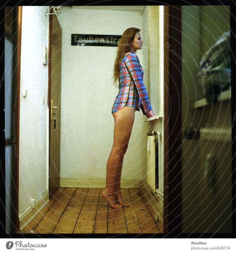 Taubenstrasse Junge Frau Jugendliche Beine Fuß 18-30 Jahre Erwachsene Hemd kariert Barfuß blond langhaarig Dielenboden Flur Mittelformat analog Blick stehen