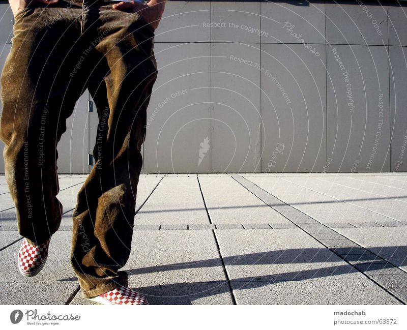 TASCHENBILLARD | gehen person beine laufen stadt mode person Mensch Mann Jugendliche Ferien & Urlaub & Reisen Einsamkeit Erholung Wand Architektur grau Bewegung