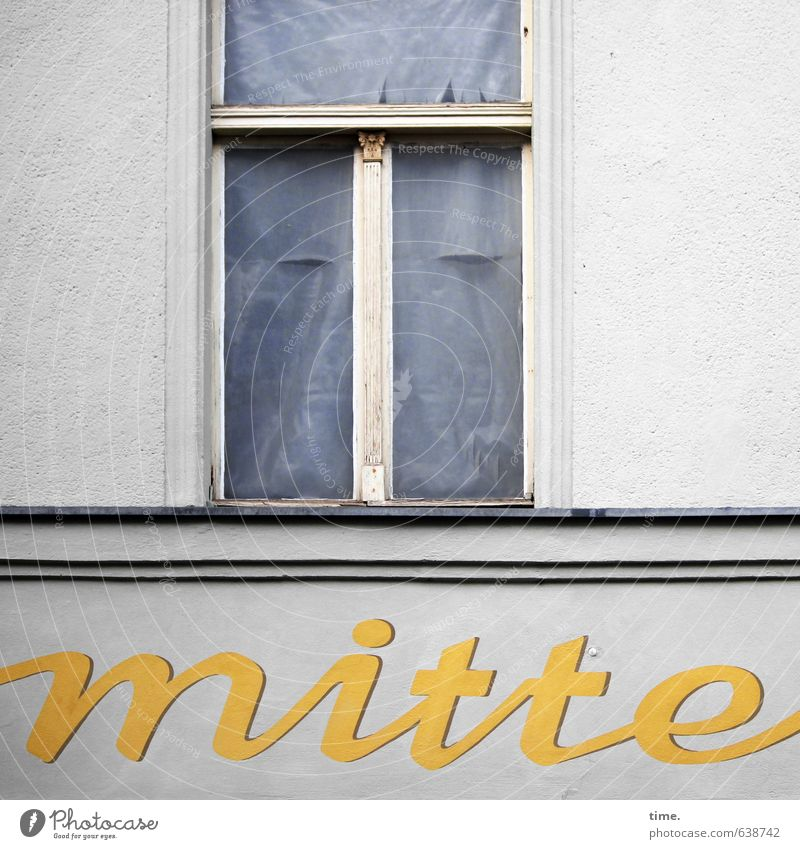 Public Wortspiel Stadt Haus Fenster Wand Traurigkeit Gebäude Mauer Stein Fassade Design Schriftzeichen geschlossen ästhetisch Vergänglichkeit