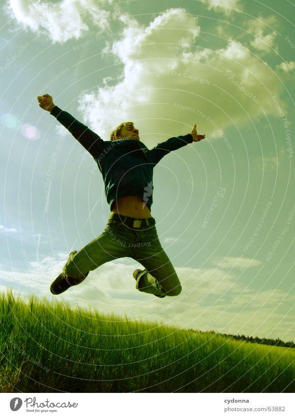 Spring Dich frei! #6 Mann Jacke Kapuzenjacke Gras Feld Sommer Gefühle springen hüpfen verrückt Spielen Körperhaltung schreien Jugendliche Mensch