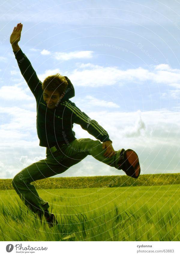 Spring Dich frei! #7 Mensch Himmel Mann Natur Jugendliche Sonne Sommer Freude Landschaft Spielen Gefühle Freiheit Gras springen Kraft Feld