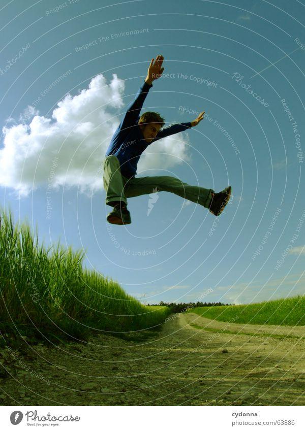 Spring Dich frei! #9 Mann Jacke Kapuzenjacke Gras Feld Sommer Gefühle springen hüpfen verrückt Spielen Körperhaltung schreien Jugendliche Mensch