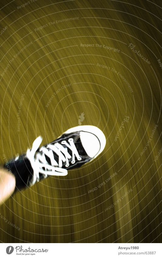 ...on the run Bewegung Fuß Schuhe Beine laufen rennen Geschwindigkeit Flucht Chucks Schleife Joggen Turnschuh