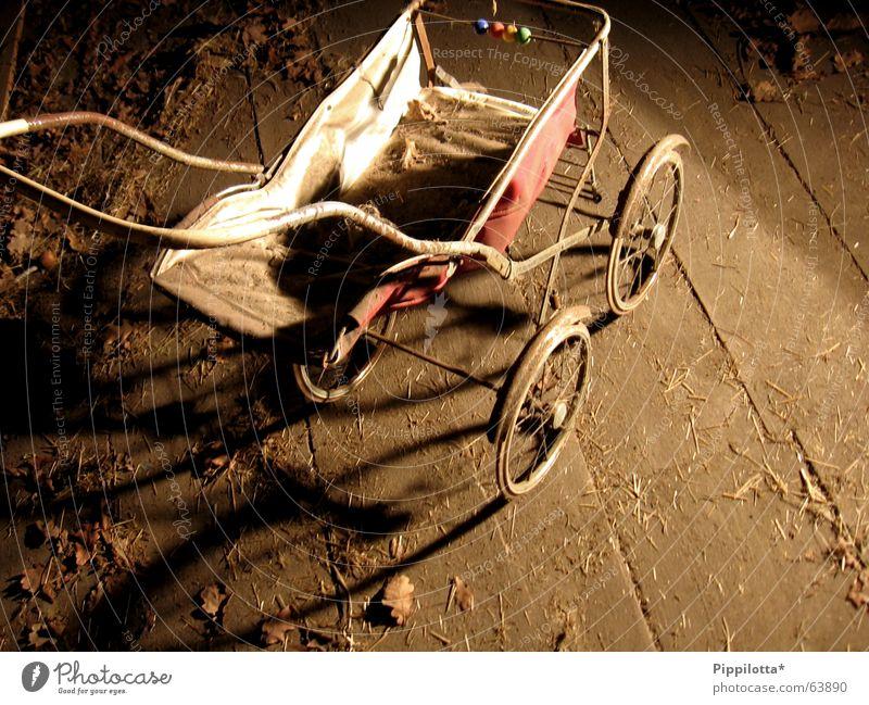 kindertraum Fröhlichkeit Trauer vergessen Wagen träumen Spielen Puppenspieler Kinderwagen Dachboden Zeit vergangen puppenwagen alt verstaubt Traurigkeit