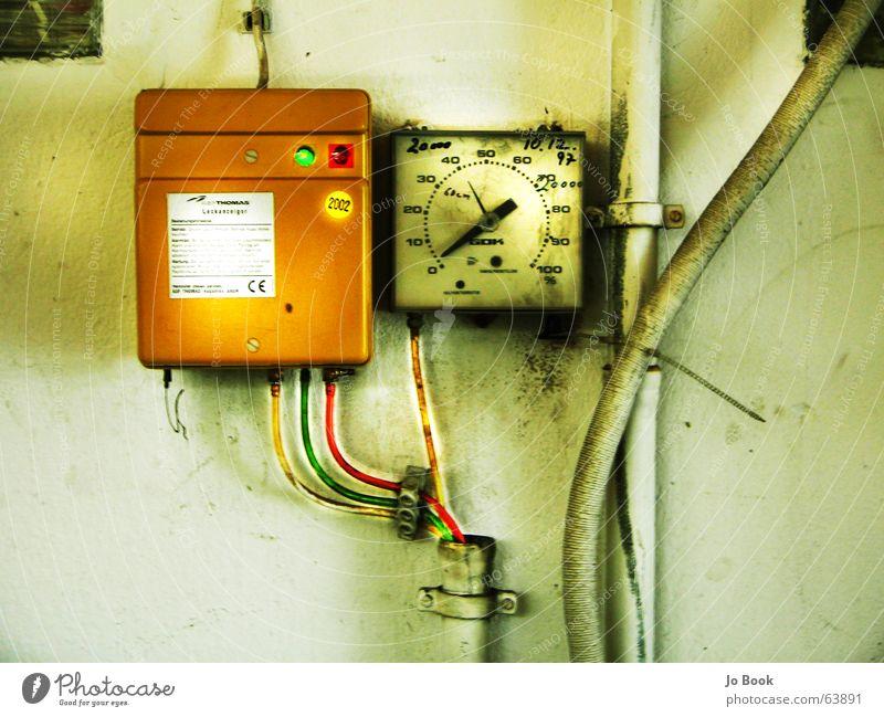 gelb grün rot Wand Mauer Technik & Technologie Kabel Uhr Anzeige Gerät Messinstrument messen Regler Tachometer