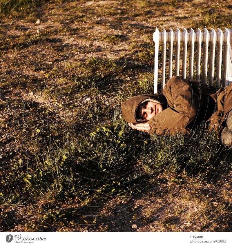warmer sommertagtraum Mensch Sommer Wärme verrückt schlafen Bodenbelag Jacke gemütlich Heizkörper Obdachlose