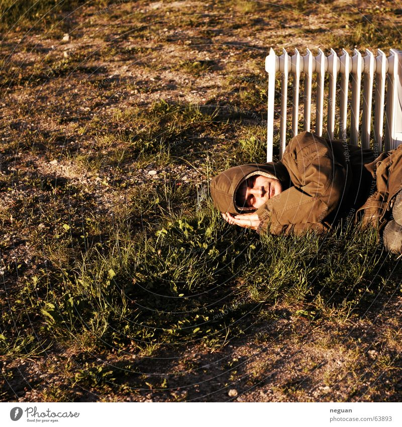 warmer sommertagtraum Sommer schlafen gemütlich verrückt Obdachlose Mensch Bodenbelag Heizkörper Wärme Jacke grass