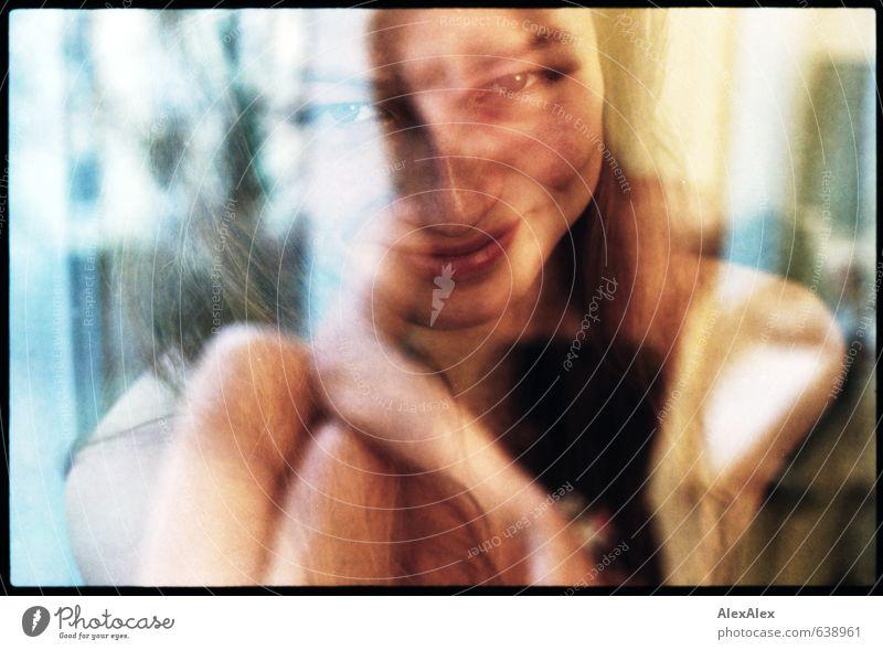 Frollein Dinii Fenster Junge Frau Jugendliche Gesicht Beine 18-30 Jahre Erwachsene blond langhaarig beobachten genießen Lächeln lachen Blick sitzen ästhetisch