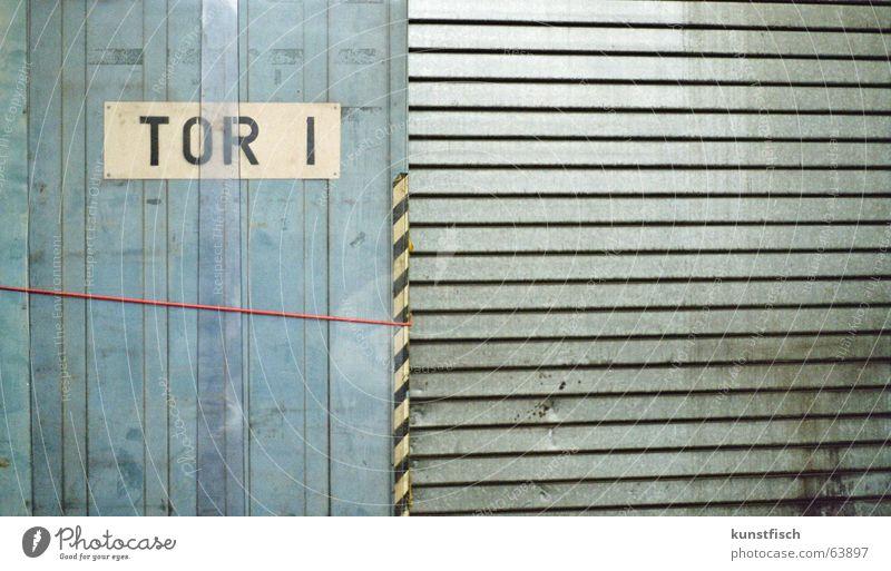 Tor zum Himmel? Einfahrt Wand Furche vertikal Beule Kratzer Aufschrift Hinweisschild weiß Buchstaben Rechteck Nagel passend rot befestigen Streifen Sicherheit
