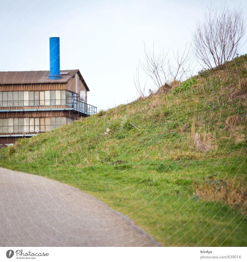 Hauptsache groß und blau Häusliches Leben Haus Wiese Hügel Balkon Wege & Pfade positiv grün einzigartig Natur Anschnitt Architektur Schornstein Farbfoto