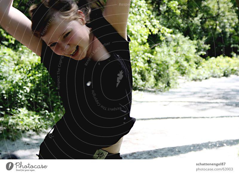 yuhu.. der sommer kommt! grün Mädchen schwarz Freude springen hüpfen Sträucher Wiese Gürtel Wege & Pfade ich lachen Gesicht Arme Bauch Glück Schatten Sonne