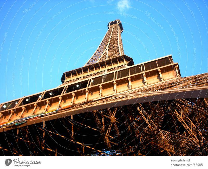 Eiffelturm Paris Tour d'Eiffel groß Stahl Eisen Europa Frankreich majestätisch grande Graffiti hell