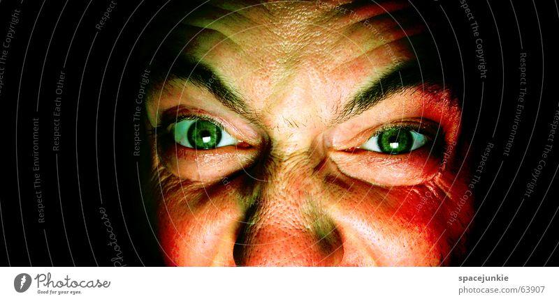 killing glance Mann böse Wut Porträt Freak Angst beängstigend dunkel schwarz verrückt grün Gesicht Blick Mensch Gewalt Auge Detailaufnahme