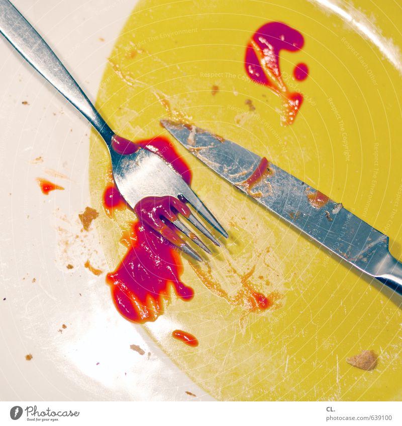 attacke Lebensmittel Ernährung Essen Mittagessen Abendessen Geschirr Teller Besteck Messer Gabel Häusliches Leben lecker gelb rot gefräßig Ketchup