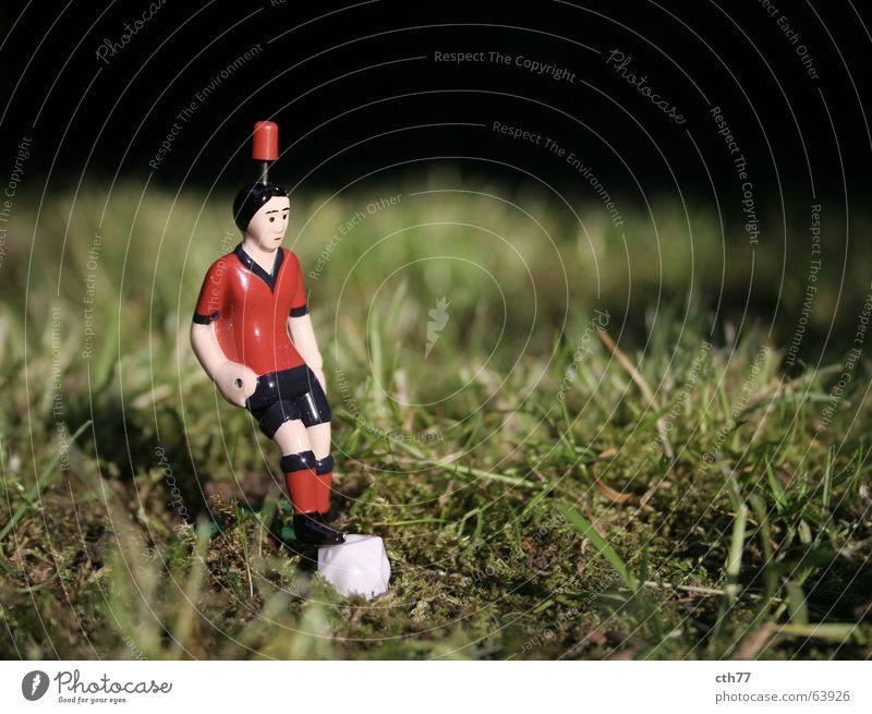 Ramazotti Kicker Stillleben Sport Spielfigur 1 Nahaufnahme Schwache Tiefenschärfe Vorderansicht Gras Farbfoto Menschenleer Außenaufnahme Tischfußball