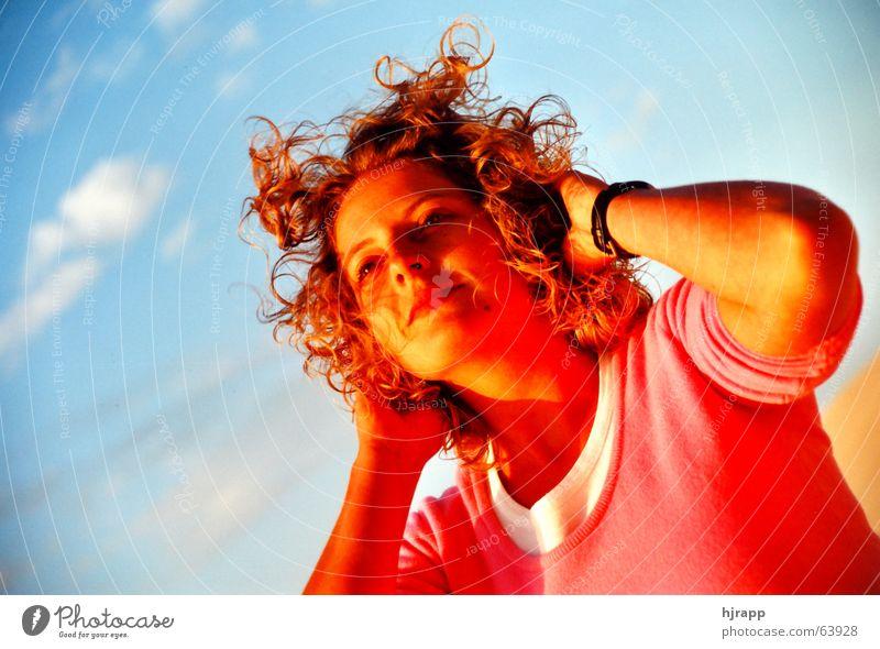 Fühle den Sommer Frau Himmel Sonne rot Strand Ferien & Urlaub & Reisen Erholung Glück Haare & Frisuren rosa genießen