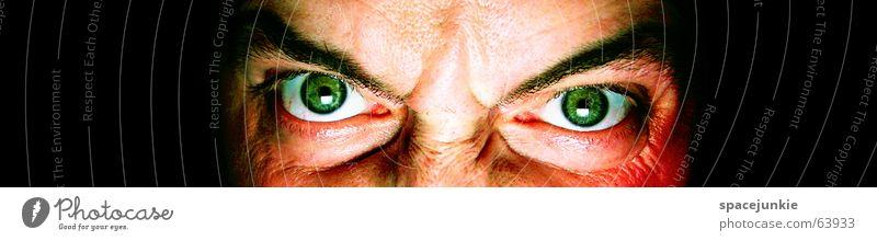 killing glance (2) Mann böse Wut Porträt Freak Angst beängstigend dunkel schwarz verrückt grün Gesicht Blick Mensch Gewalt Auge Detailaufnahme